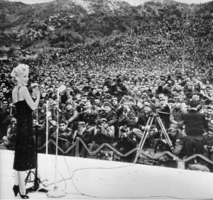 Marilyn-Monroe-entertaining-the-troops-in-Korea-1954-05